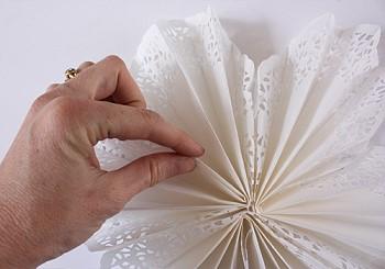 Как сделать снежинки из салфеток своими руками